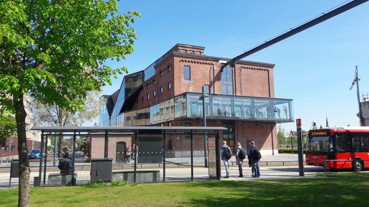 Het Balengebouw in Roombeek was eigenlijk bedoeld als museum voor kunst van Jan Cremer maar werd onder meer hoofdkantoor van De Twentsche Courant Tubantia.
