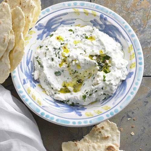 Griechisch-orientalisches Fusion-Food: Für diesen frischen Dip werden Feta und griechischer Joghurt mit Minze und Chili kombiniert. Das passt zu Fleisch, schmeckt aber auch ganz ausgezeichnet auf Brot - oder zu unserem Tomaten- Bulgur. Zum Rezept: Schafkäse-Joghurt-Dip