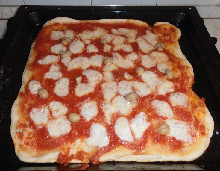 pizza fatta in casa,sottile e croccante come in pizzeria. ricetta: http://blog.giallozafferano.it/danicucina/pizza-fatta-in-casanuovo-impasto/ The recipe of the pizza (thin and crispy!)