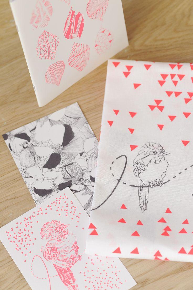 Collection MOSAÏC torchon cartes et cahier rose fluo et gris photos : Betty studio mise en scène : les Ambiances d'isa
