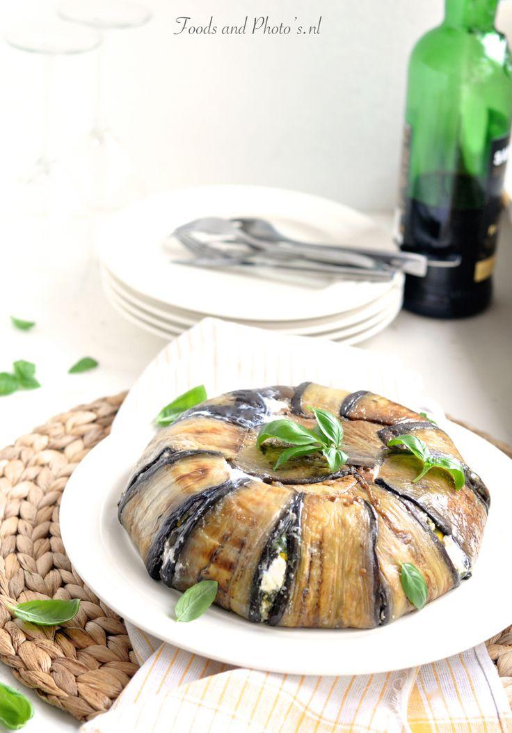 Terrine van gegrilde paprikas courgette en uiteraard aubergine, met verschillende pittige witte kazen en pesto