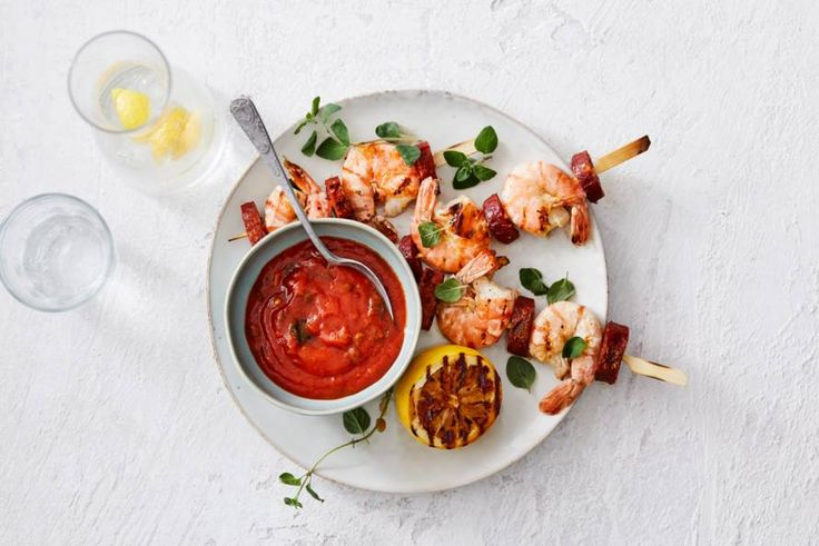 Meer dan een goede saus hebben deze spiesjes van garnalen en chorizo niet nodig. - Recept - Allerhande