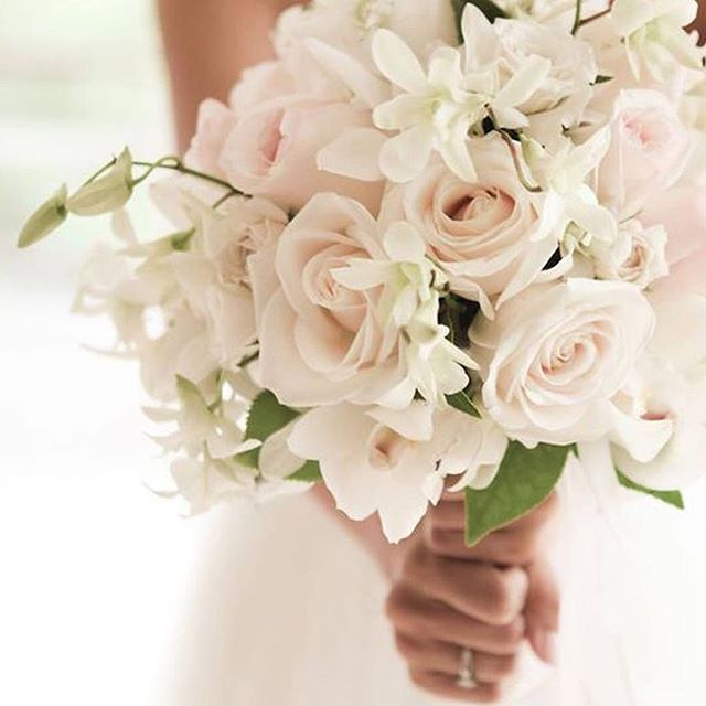 Such a pretty hue of Ivory and pink flowers  We love  this beautiful bouquet  photo credit // @bellebridalmagazine  #weddinginspiration