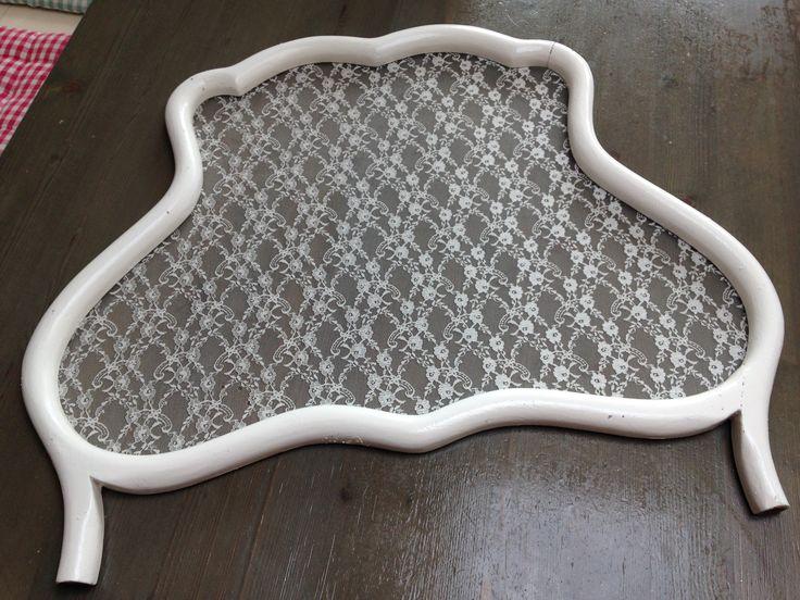 Raamhor, wit geverfd en gaas vervangen door kant.