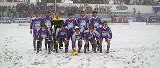 Una imagen verdaderamente muy poco habitual en el fútbol de Argentina: jugar con nieve. En este caso vemos formados antes de disputar un encuentro de la Tercera División al equipo de Luján de Cuyo (Mendoza)
