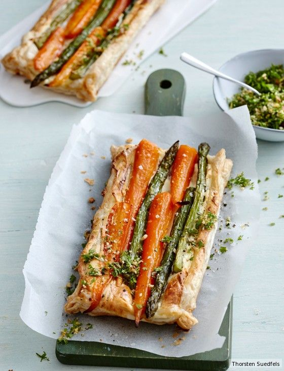 Appetizer für Gourmets: Auf knusprigem Blätterteig überzeugen Ziegenkäse, Spargel, Möhren und Kerbel-Nuss-Gremolata.