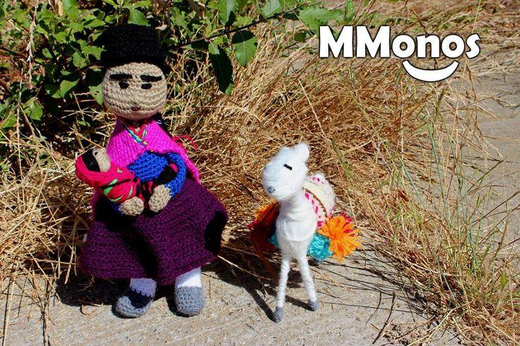 Ella es Kusisa (que en Aymará significa alegre), un Mmono de 40 cms de alto tejido a crochet con accesorios tejidos a telar. Acompaña a Kusisa, Wuawua ( que en quechua significa niño) y su llama. Haz tu pedido! Mmonos... hecho con mis manos. Cartagena, Chile.