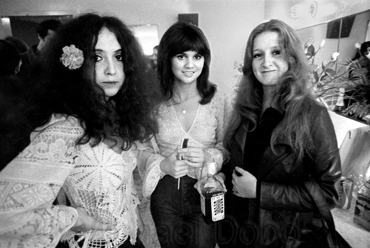 Maria Muldaur, Linda Ronstadt and Bonnie Raitt hanging out in their dressing room in 1974