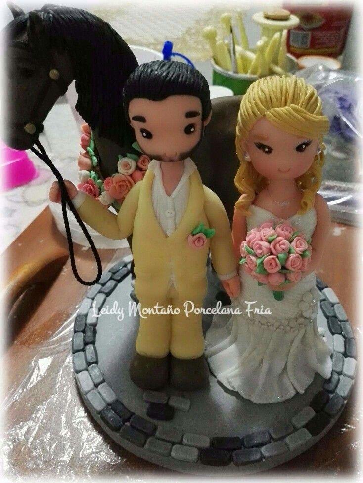 Figura para decorar torta, novios en porcelana fría.