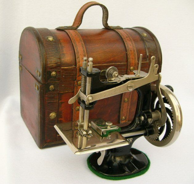 This is a Hand Crank Singer Sewing Machine from the 1920s   No - it's not mine ~ but I'd love to own that case!!
