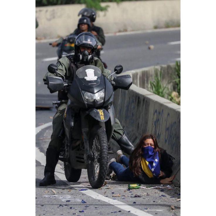 Foto de @miguelgutierrezphoto La protesta no es un delito abusar de la autoridad si. Nuestras calles tienen a una sociedad civil que ha agotado todas las vías de exigencias de respuestas al gobierno central de la crisis y solo le queda la calle un derecho que nos quieren restar con violencia de los cuerpos de seguridad.   The Bolivarian National Guard (GNB) clash with protesters during a ten-hour 'lockdown' against 'dictatorship' in Caracas Venezuela 10 July 2017. Venezuelan opposition are…