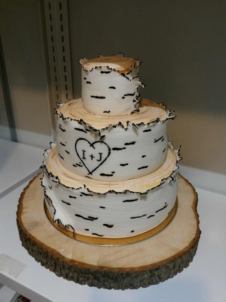 Přírodní svatební dort s efektem břízové kůry na dřevěném tácu.