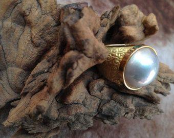 Anillo de oro de 18ct. con perla mabe de 16mm.