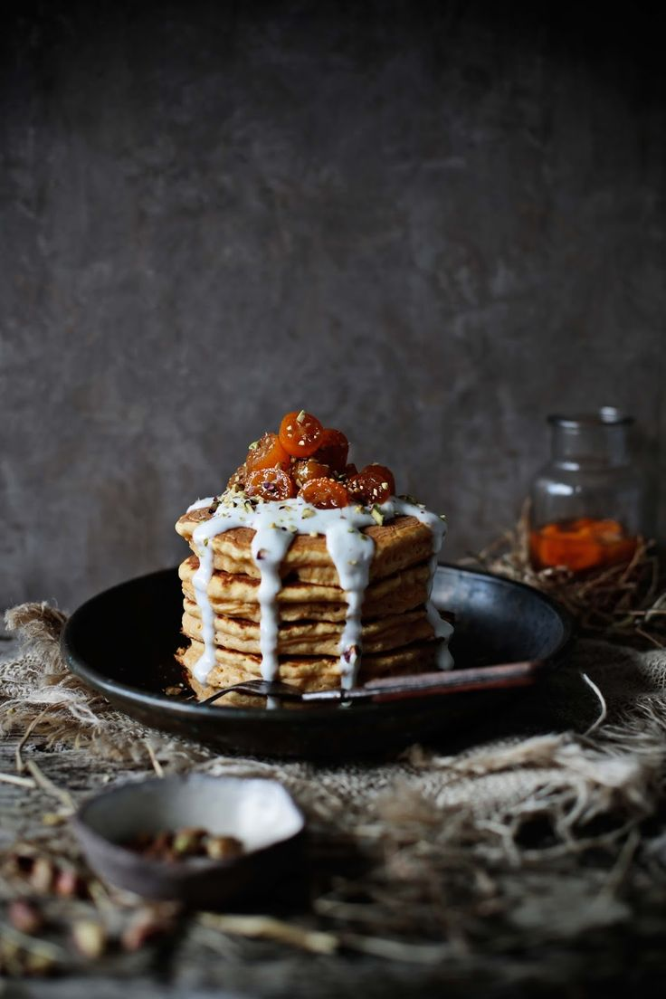 Butternut squash and spelt pancakes with poached kumquats - Pratos e Travessas | Food, photography and stories