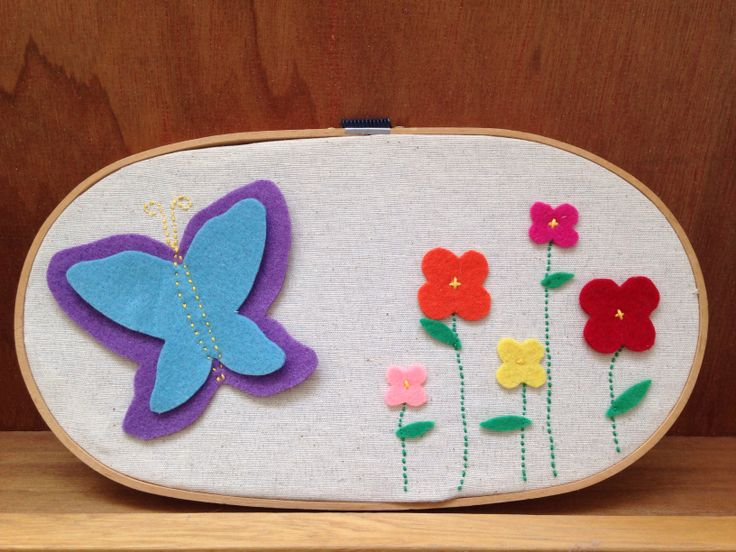 Aro de madera con mariposa de fieltro. Hecho en casa.// hoop with felt butterfly. Handmade