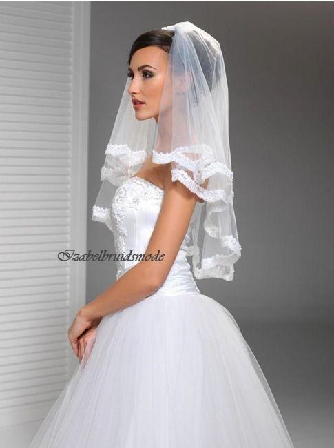 Tweelaagse bruid sluier van fijne, Italiaanse tule. Afgewerkt met prachtige kant. Lengte sluier: 60cm/50cm. In de kleur wit of ivoor. Inclusief doorzichtig kam. -