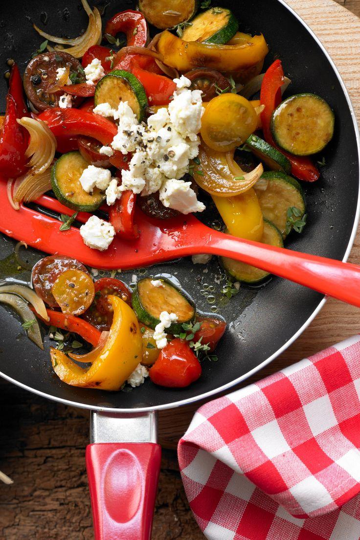 Schnelles Abendessen: Bunte Gemüsepfanne mit Schafskäse