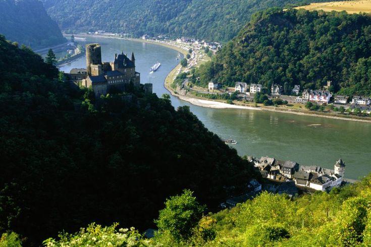 Mittelrhein.   Romanttinen Mittelrhein on Rein-joen Bonnin ja Bingenin välinen jylhä maasto, joka tunnetaan Reinin solana. Joki on raivannut tiensä savikukkuloiden halki ja kaivertanut syvän, kapean laakson, jonka mikroilmastossa viiniköynnökset ovat kukoistaneet jo kaksituhatta vuotta.