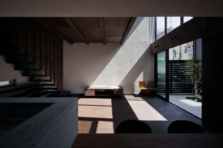 杉と大谷石の家 リビング・ダイニングの風景|重量木骨の家 選ばれた工務店と建てる木造注文住宅