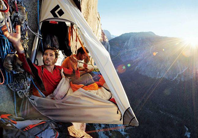 Imagens surreais de alpinistas acampando pendurados à 4 mil pés.