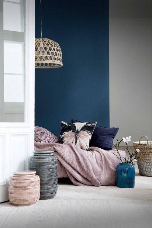 Shopinstijl.nl - Blauwe muur met oudroze bedsprei - bekijk en koop de producten van dit beeld op shopinstijl.nl