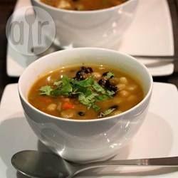 Een eenvoudige tomaten-groentensoep met bonen, zonder extra zout, suiker of andere niet-natuurlijke ingrediënten.
