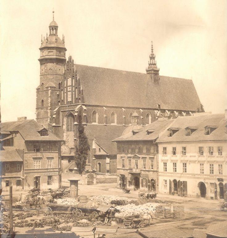 Plac Wolnica Plac Wolnica po 1909 r. Widać kramy m.in. z wyrobami garncarskimi. Przy placu - kawiarnia Friedmanna, skład desek i drzewa