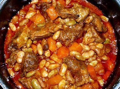 Feijoada à Portuguesa 500 feijão manteiga demolhado. Cubra o feijão com água e junte 1 colher de sopa de óleo. Coza durante 1 hora. Coza 400 g de entrecosto, 1 chouriço de carne pequeno, 1 chouriço de sangue, 100 g de toucinho entremeado e 2 cenouras. Pique 1 cebola e aloure-a em 50 g de Margarina. Junte 1 dente de alho, 2 tomates em bocados, 1 ramo de salsa, 1 folha de louro e deixe refogar tudo. Junte o feijão cozido e escorrido e um pouco de água de cozer as carnes. Tempere com pimenta