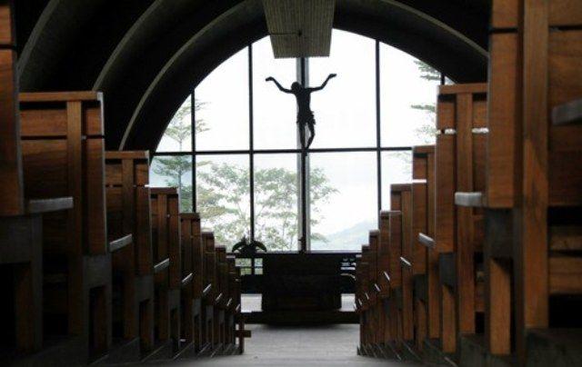 Pemandangan di dalam Kapel Bunda Maria di Bukit Doa Kelong, Tomohon, Sulawesi Utara.