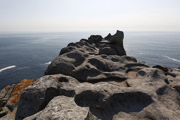 Alto del Príncipe, un espacio rocoso con piscinas naturales excavadas por el agua de la lluvia y una curiosa roca en forma de silla. http://www.vivirgaliciaturismo.com/senderismo-en-islas-cies/