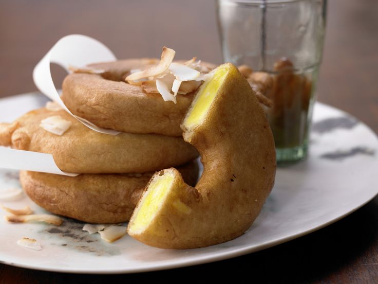 Ananas-Beignets mit Rum-Rosinen-Sauce | Kalorien: 540 Kcal - Zeit: 50 Min. | http://eatsmarter.de/rezepte/ananas-beignets