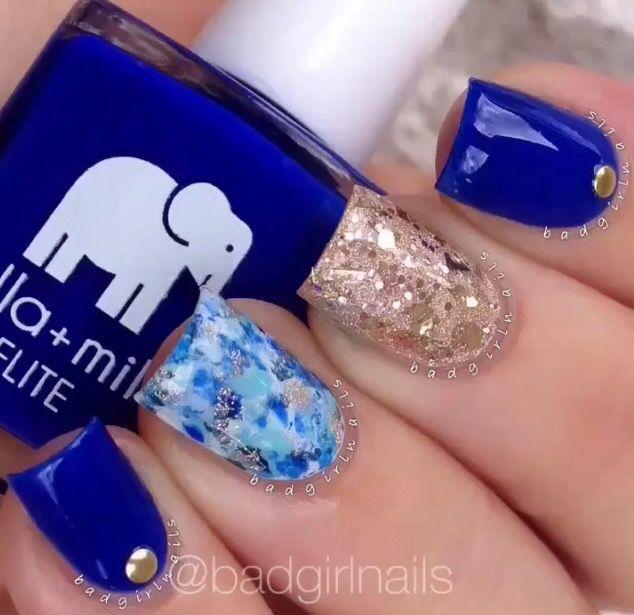 Azul marino con decoración en pedrería en color dorado.... glitter dorado... Base blanca con decoración en color azul marino y claro...