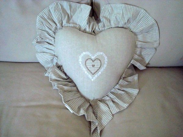 Coussin cœur brodé A poser sur son canapé ou sur au centre de son lit.