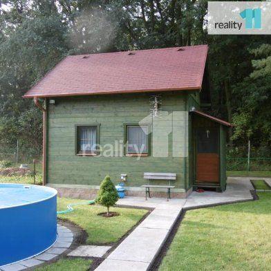Reality 11 Vám zprostředkují koupi nové roubené celoroční podkrovní chaty s vybavením. Chata se nachází v osobním vlastnictví, na vlastím pozemku v Poděbradech, v zahrádkářské oblasti u Bažantnice. Zastavěná plocha je 25m2, podlah.plocha je 50m2. Stavba stojí na pozemku o ploše 412m2.  Na zahradě je bazén, posezení (20m2) s venkovním krbem a kolna (12m2). Zahrada je využívána k zahrádkaření - pěstování zeleniny a ovoce. Kdispozici je studna. Chata je celá zateplená a postavená na betonové…