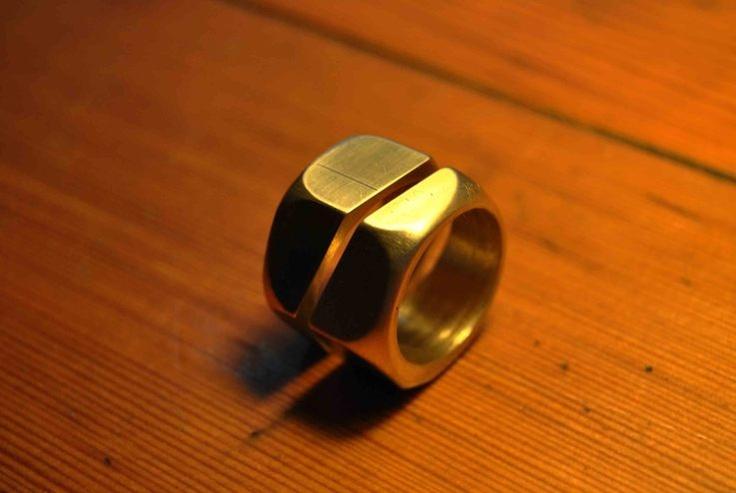 Anillos originales de Boda. Estos anillos están formados por un perno único dividido en dos partes complementarias. Latón náutico.
