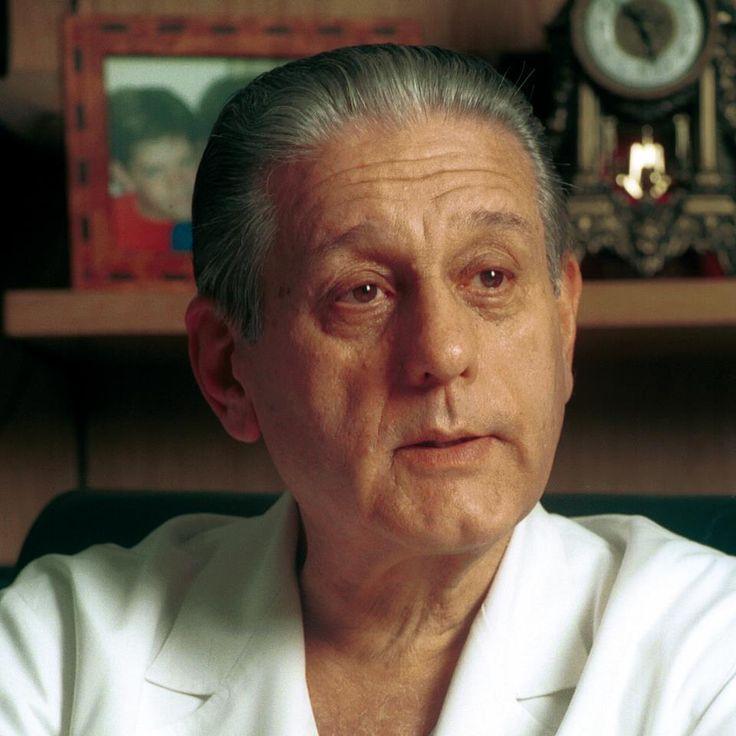 René Gerónimo Favaloro - Cardiologo . (La Plata, 1923 - Buenos Aires, 2000) Prestigioso educador y médico cardiocirujano argentino, reconocido mundialmente por ser quien desarrolló el bypass coronario en el mundo