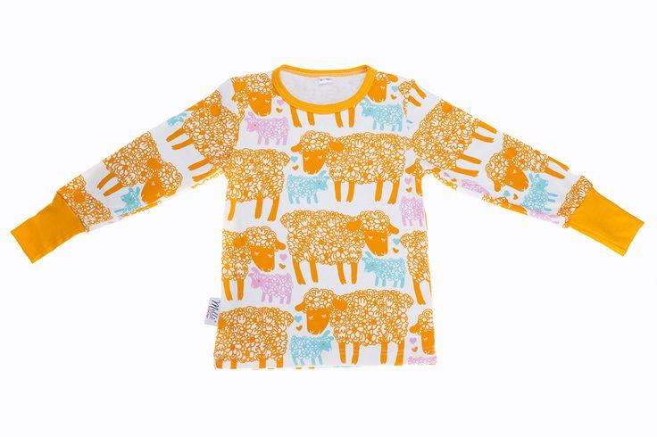 Pitkähihainen paita, Äidin rakkaus, keltainen. Melli ecodesign. Nettikauppa ainakin. KOKO: 86/92. Samasta kankaasta äiti toivoo mekkoa.