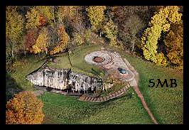 Ingången till fortet Hackenberg är mycket diskret, men i underjorden fanns allt som rimligen kunde behövas under en längre vistelse som förläggningar, matsalar och mässar, sjukhus och verkstäder samt givetvis de eleverbara kanontornen.