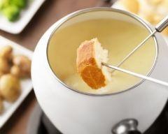 Fondue savoyarde facile (rapide) - Une recette CuisineAZ