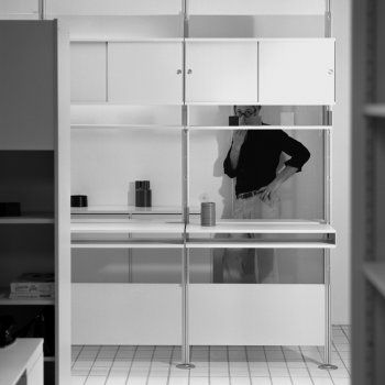 Dieter Rams standing behind the shelving system