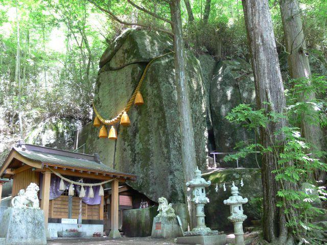 石割神社の御神体の大岩