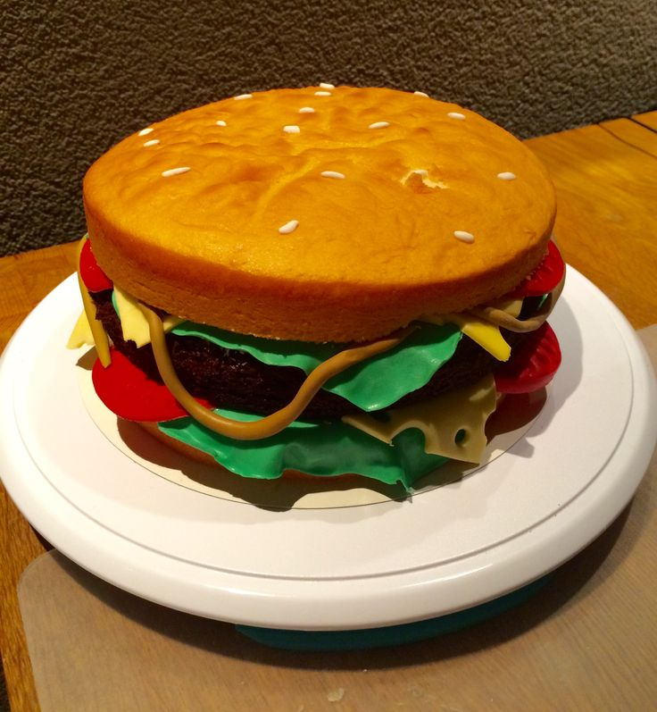 Jesse is a big hamburger fan, the burger is made of brownie cake. The vegetables en cheese are made with fondant. Jesse is een grote hamburgerfan. de burger is gemaakt van brownie cake en de rest van fondant.