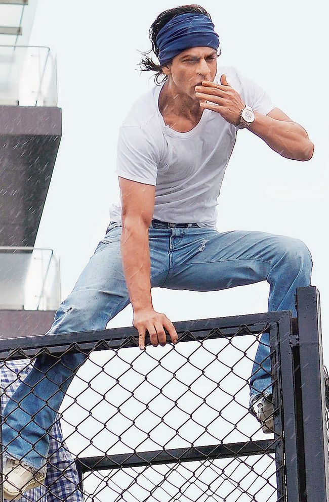 Shah Rukh Khan greeting his adoring fans on Eid ul Fitr.