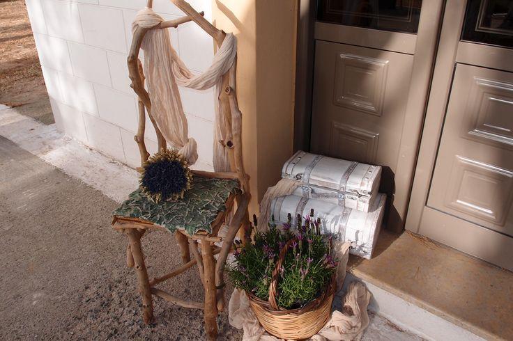 διακόσμηση εκκλησιάς με στάχυα και φυτό λεβάντας σε καρέκλα από θαλασσοξυλα και vintage μπαουλακια..για παραγγελίες 6976773699 ...Δεξίωση | Στολισμός Γάμου | Στολισμός Εκκλησίας | Διακόσμηση Βάπτισης | Στολισμός Βάπτισης | Γάμος σε Νησί - στην Παραλία.