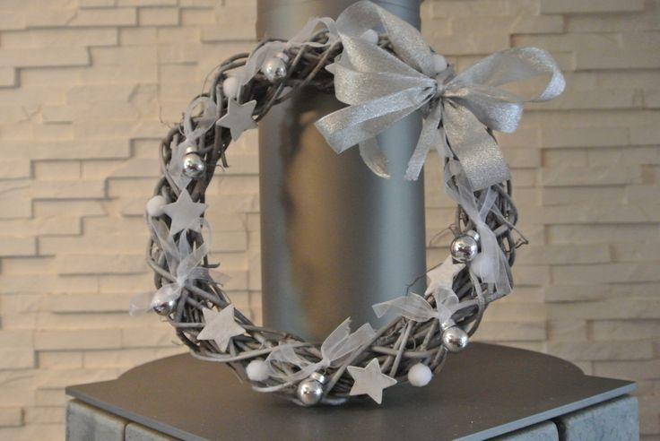 Couronne Noël argent et blanc boules, étoiles, organza : Accessoires de maison par biloutine