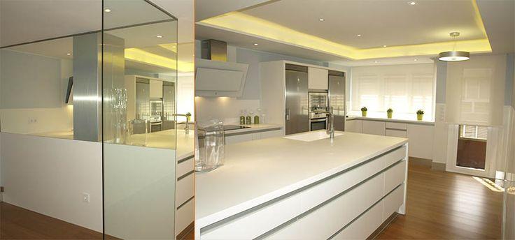 Cocina realizada en Corian® Glaciar White con techos retroiluminados.
