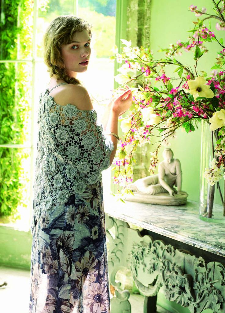 #brava_ΒΕΛΟΝΑΚΙ_3 Λουλούδια στο ντεκολτέ Διαλέξτε μερσεριζέ βαμβακερά νήματα στις αγαπημένες σας αποχρώσεις και δημιουργήστε ένα δροσερό αμάνικο μπλουζάκι σε στενή γραμμή, που γίνεται πραγματικά ξεχωριστό χάρη στα τρίχρωμα ανθισμένα μοτίβα του ντεκολτέ. Σημειώστε ότι η λουλουδένια μπορντούρα μπορεί να χρησιμοποιηθεί για να αναβαθμίσει έξυπνα κάθε μονόχρωμο ζέρσεϊ μπλουζάκι.