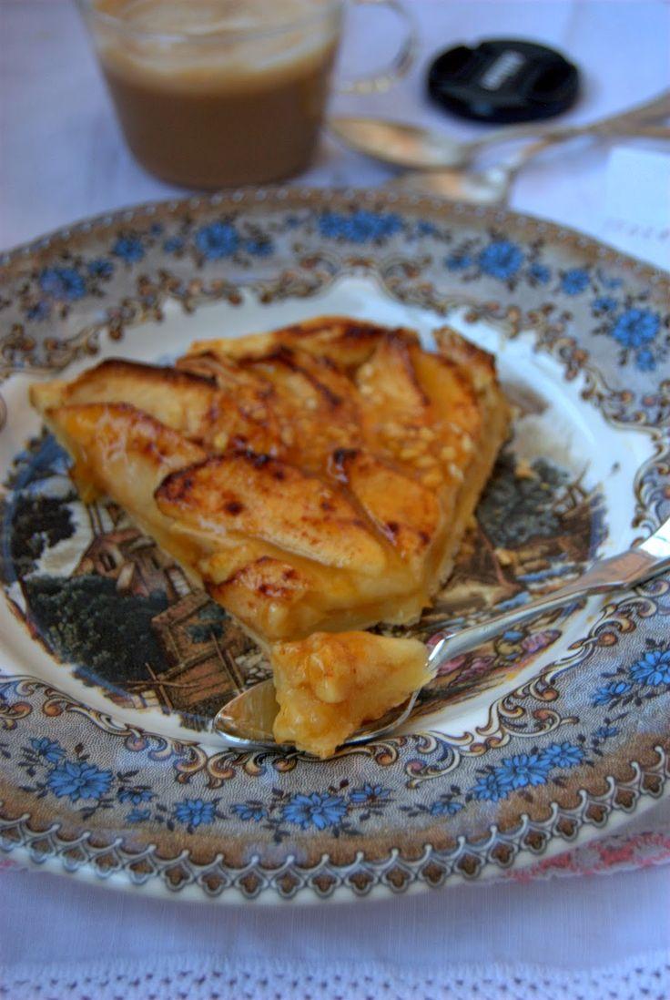 Los dulces más sencillos siempre son mis favoritos. Hacía mucho que no hacía tarta de manzana, los restos del hojaldre del postre de ...