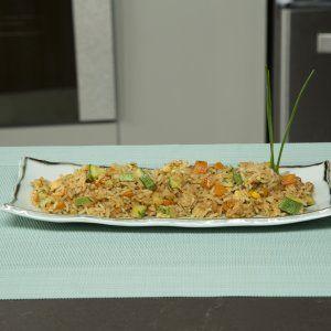Te comparto mi secreto para aprender cómo preparar un rico arroz oriental estilo Yakimeshi.  El arroz oriental tiene un muy buen sabor gracias a que se cocina con verduras picadas finamente y con huevo.  Es una deliciosa receta.