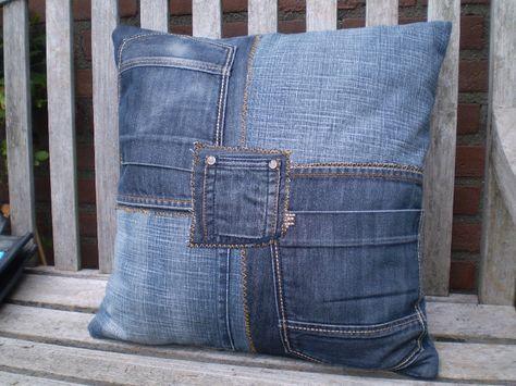 Stevig kussen gemaakt van gerecyclede jeans.  Maat: 45 cm x 45 cm.